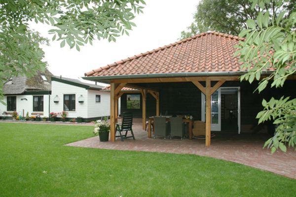Garage Met Veranda : Houten garage met overkapping en aanbouw veranda